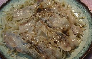 もやしポークのピリ辛ソース蒸し料理